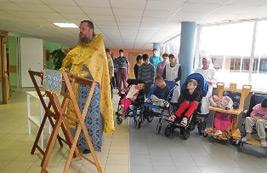 В Международный день инвалидов настоятель храма совершил молебен